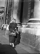 Maureen O'Carroll arriving at High Court for Batchelors Peas Case .29/09/1954.<br />