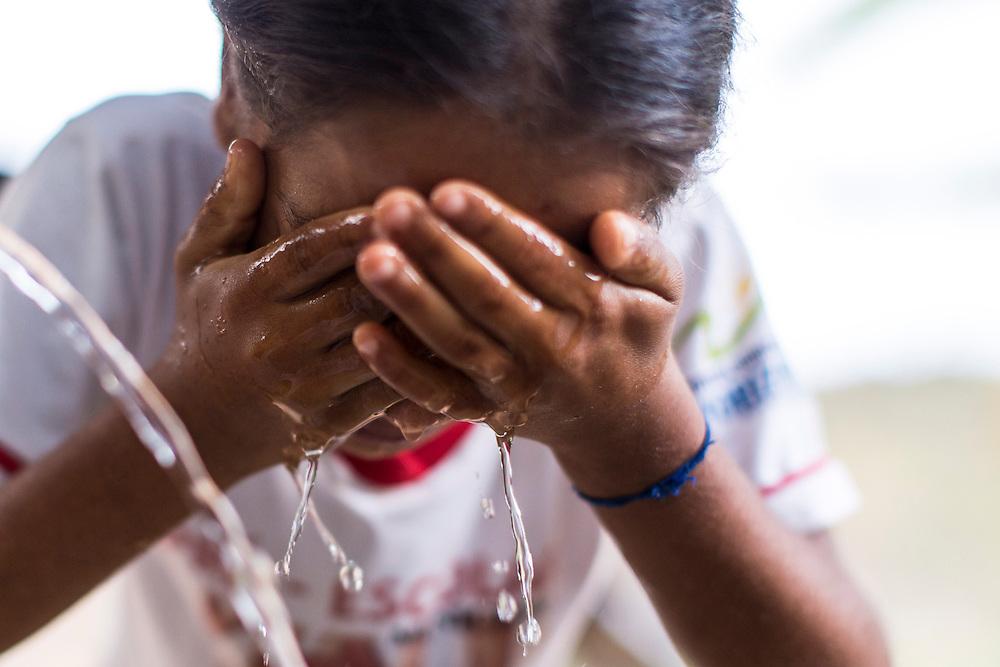 Rio Pardo de Minas_MG, Brasil.<br /> <br /> Cisternas instaladas em residencias da comunidade de Peixe Bravo. Na foto, uma garota lavando o rosto.<br /> <br /> cistern installed on Peixe Bravo community residences. In this photo, a girl washing her face.<br /> <br /> Foto: LEO DRUMOND / NITRO