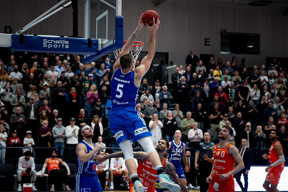 ÖSTERSUND 20211007<br /> Jämtlands Steve Harris flyger under torsdagens match i basketligan mellan Jämtland Basket och Norrköping Dolphins.<br /> Foto: Per Danielsson / Projekt.P