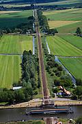 Nederland, Zuid-Holland, Arkel, 12-06-2009; Merwede kanaal met geopende spoorbrug in de spoorlijn Gorinchem-Tiel (de Betuwelijn).Swart Collection, aerial photo (additional fee required).foto Siebe Swart / photo Siebe Swart
