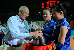 29-08-2010 VOLLEYBAL: WGP FINAL AWARDING CEREMONY: BEILUN NINGBO<br /> FIVB President Mr. Jizhong Wei holding the cup<br /> ©2010-WWW.FOTOHOOGENDOORN.NL