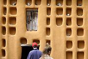 Nederland, Berg en Dal, 29-4-2018Bezoekers in het Afrikamuseum . Nationaal Museum van Wereldculturen. Het Afrika Museum in Berg en Dal, Gelderland, is geheel gewijd aan kunst uit en culturen van het continent Afrika. Er is aandacht voor Afrikaanse architectuur, Afrikaanse visies op kunst en schoonheid, hedendaagse Afrikaanse kunst en religie en samenleving. Wat nu een rijke, goed gedocumenteerde collectie voorwerpen uit Afrika is, begon als een bescheiden, maar waardevolle particuliere verzameling van de missionarissen van de Congregatie van de H. Geest. Minister Bussemaker van Cultuur begeleidde in 2014 de fusie van het Afrika Museum uit Berg en Dal, Rijksmuseum Volkenkunde uit Leiden en Tropenmuseum uit Amsterdam. De drie gaan verder als het Nationaal Museum van Wereldculturen. Op het terrein bevinden zich verschillende voorbeelden van dorpen en bouwstijlen zoals dit huis uit Mali . Foto: Flip Franssen