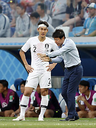 (L-R) Yong Lee of Korea Republic, coach Taeyong Shin of Korea Republic during the 2018 FIFA World Cup Russia group F match between Sweden and Korea Republic at the Novgorod stadium on June 18, 2018 in Nizhny Novgorod, Russia