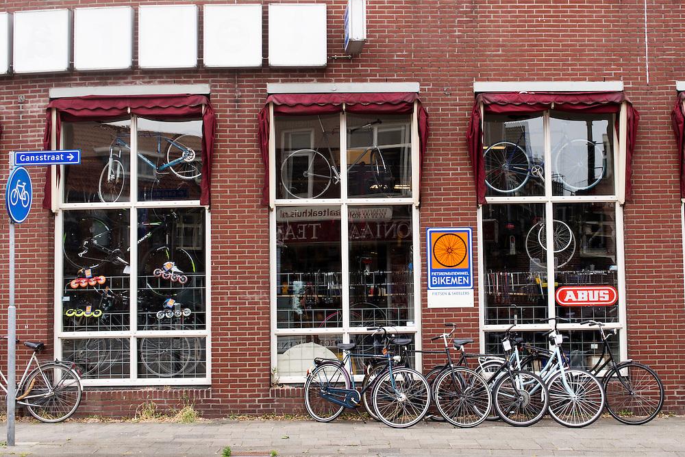 Een fietsenwinkel in de Gansstraat in Utrecht.<br /> <br /> A bike repairshop in Utrecht.