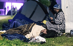 27.09.2015, Grenzübergang, Salzburg, AUT, Fluechtlingskrise in der EU, im Bild Flüchtlinge warten an der Grenze zu Deutschland und schlafen am Boden oder in Zelten // Refugees wait on the border to Germany and to sleep on the ground or in tents. Thousands of refugees fleeing violence and persecution in their own countries continue to make their way toward the EU, border crossing, Salzburg, Austria on 27.09.2015. EXPA Pictures © 2015, PhotoCredit: EXPA/ JFK