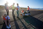 Christien Veelenturf zit langs de kant van de weg, terwijl het technisch team de fiets controleert na een val bij het starten. Het HPT test voorafgaand aan de recordraces de VeloX IV. Het Human Power Team Delft en Amsterdam (HPT), dat bestaat uit studenten van de TU Delft en de VU Amsterdam, is in Amerika om te proberen het record snelfietsen te verbreken. Momenteel zijn zij recordhouder, in 2013 reed Sebastiaan Bowier 133,78 km/h in de VeloX3. In Battle Mountain (Nevada) wordt ieder jaar de World Human Powered Speed Challenge gehouden. Tijdens deze wedstrijd wordt geprobeerd zo hard mogelijk te fietsen op pure menskracht. Ze halen snelheden tot 133 km/h. De deelnemers bestaan zowel uit teams van universiteiten als uit hobbyisten. Met de gestroomlijnde fietsen willen ze laten zien wat mogelijk is met menskracht. De speciale ligfietsen kunnen gezien worden als de Formule 1 van het fietsen. De kennis die wordt opgedaan wordt ook gebruikt om duurzaam vervoer verder te ontwikkelen.<br /> <br /> The HPT tests the VeloX4 speed bike. The Human Power Team Delft and Amsterdam, a team by students of the TU Delft and the VU Amsterdam, is in America to set a new  world record speed cycling. I 2013 the team broke the record, Sebastiaan Bowier rode 133,78 km/h (83,13 mph) with the VeloX3. In Battle Mountain (Nevada) each year the World Human Powered Speed ??Challenge is held. During this race they try to ride on pure manpower as hard as possible. Speeds up to 133 km/h are reached. The participants consist of both teams from universities and from hobbyists. With the sleek bikes they want to show what is possible with human power. The special recumbent bicycles can be seen as the Formula 1 of the bicycle. The knowledge gained is also used to develop sustainable transport.