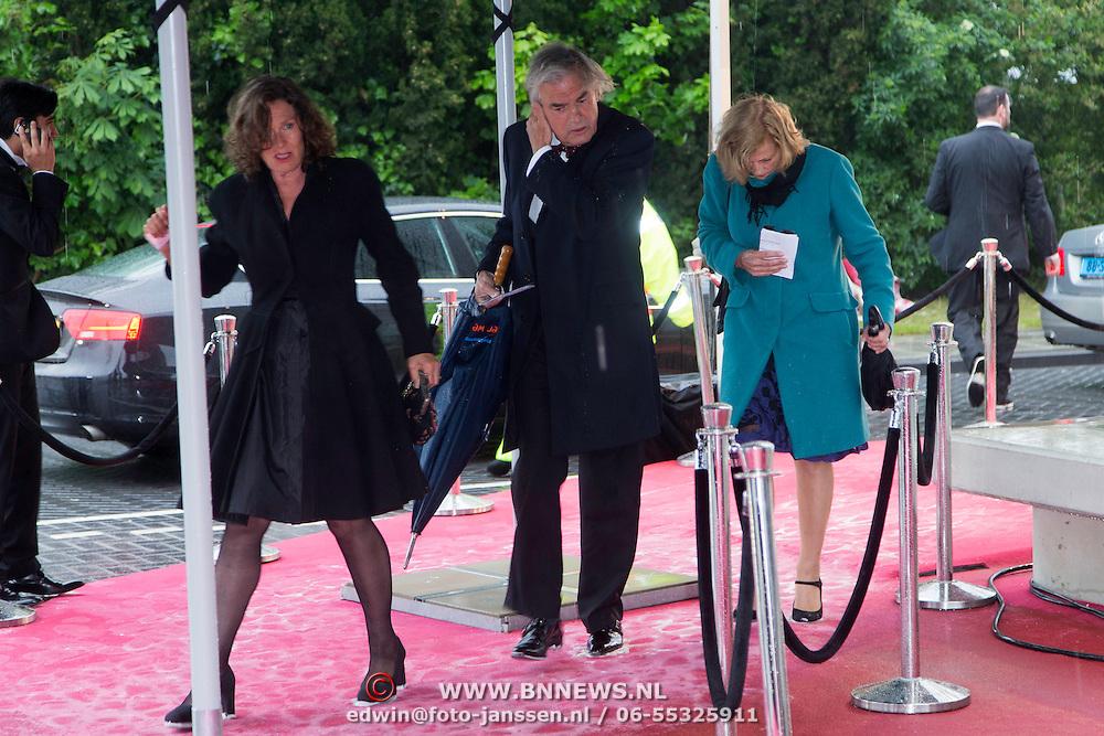 NLD/Amsterdam/20140508 - Wereldpremiere voorstelling Anne, Derek de Lint en partner Judith Jesserun moeten dwars door de regen en doorweekt tapijt