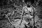 Brazil, Amazonas, Eldorado do Juma.<br /> <br /> Grota Ze da bolsa, garimpeiro.<br /> Eldorado do Juma est maintenant un bidonville de plastique noir et de misere croissante sur la rive du fleuve, qui attire les prospecteurs. Des centaines d'hommes y creusent la boue sur leurs petites parcelles delimitees par des branchages et des ficelles. A la fin du jour, les plus chanceux auront trouve quelques poussieres d'or, vendues ensuite 40 reals le gramme (14,5 euros) a Apui, 65km au nord. Les plus riches du coin sont ceux et celles qui cuisinent, nettoient ou divertissent les mineurs.<br /> Il y a trop de prospecteurs pour la teneur du filon, du coup les garimpeiros s'eparpillent sur une surface qui couvre plus de 40 hectares. Tous les mineurs dependent de l'autorisation d'une cooperative de proprietaires pour travailler. Ces proprietaires ne possedent pourtant pas de titre foncier pour justifier leur etat, ils sont simplement arriver les premiers sur les parcelles : c'est la loi de l'or.<br /> Quatre mois apres le debut de cette ruee, la plupart du minerai qui peut etre extrait manuellement a ete trouve, les mineurs qui restent sont les survivants de la rumeur. Ils n'ont souvent plus rien et esperent seulement trouver de quoi payer le voyage pour aller tenter leur chance vers d'autres terres promises.
