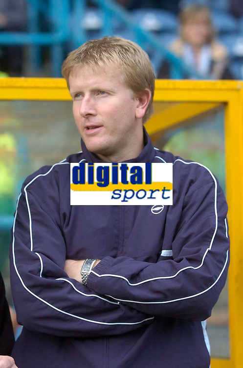Photo: Glyn Thomas.<br />Huddersfield Town v Welling United. The FA Cup. 06/11/2005.<br />Welling's manager Adrian Pennock.