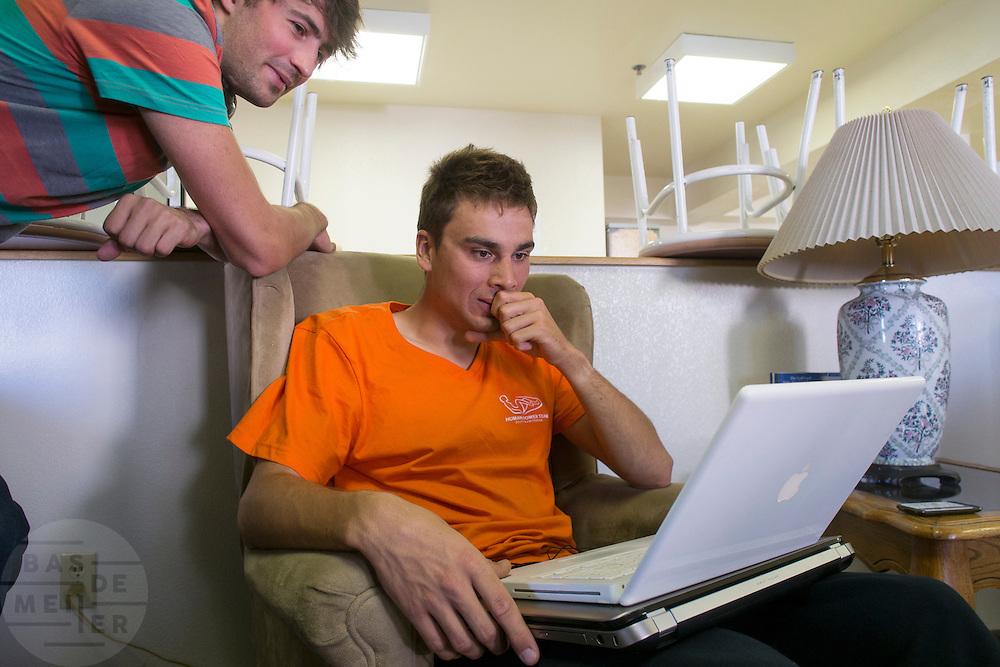 Sebastiaan Bowier bekijkt de film van zijn crash.<br /> <br /> Sebastiaan Bowier is watching a footage of his crash the day earlier.