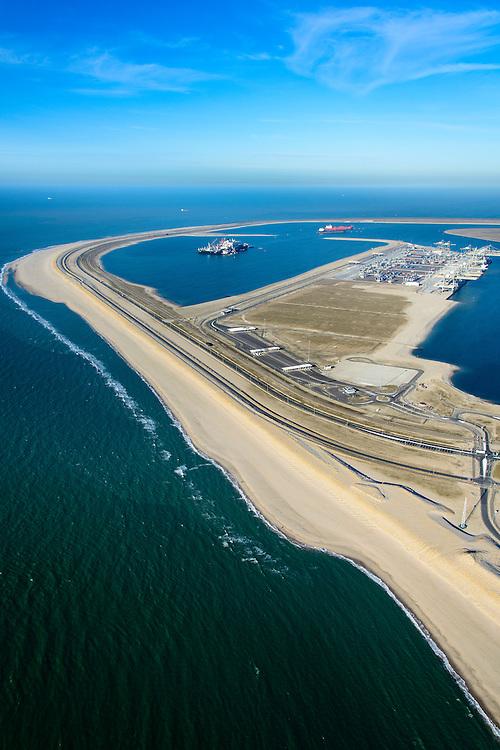 Nederland, Zuid-Holland, Rotterdam, 18-02-2015; Tweede Maasvlakte met de Prinses Alexiahaven (links), Prinses Amaliahaven en Prinses Arianehaven in  de achtergrond. Containerterminals van Rotterdam World Gateway (RWG) en APM Terminals Rotterdam-MV II (APMT).<br /> Maasvlakte 2 (MV2), extension of the Port of Rotterdam, new harbors and constructing of container terminals.<br /> luchtfoto (toeslag op standard tarieven);<br /> aerial photo (additional fee required);<br /> copyright foto/photo Siebe Swart