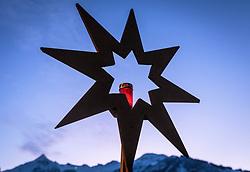 THEMENBILD - ein Holzstern mit brennender Kerze bei Dämmerung im Hintergrund der Kitzsteinhorn Gletscher, aufgenommen am 03. Dezember 2017, Kaprun, Österreich // a wooden star with burning candle at dusk in the background of the Kitzsteinhorn glacier on 2017/12/03, Kaprun, Austria. EXPA Pictures © 2017, PhotoCredit: EXPA/ Stefanie Oberhauser