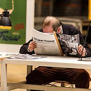 NLD/Amsterdam/20180217 - Prinses Margriet bij viering 75 jaar Trouw, een man leest de krant