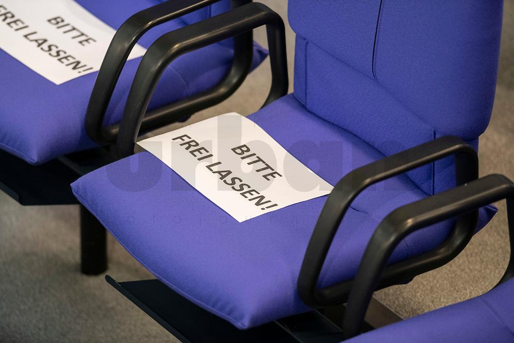 """25 MAR 2020, BERLIN/GERMANY:<br /> Nur jeder dritte Platz in den Abgeordnetenreihe soll besetzt werden, um dem Abstandgebot nachzukommen. Auf den Plaetzen dazwischen liegen Zettel """"Bitte frei lassen!"""", Bundestagsdebatte zu """"COVID 19 - Kreditobergrenzen, Nachtragshaushalt, Wirtschaftsfonds"""", Plenum, Reichstagsgebaeude, Deutscher Bundestag<br /> IMAGE: 20200325-01-001<br /> KEYWORDS: Pandemie, Corona, Sitzung, Debatte"""