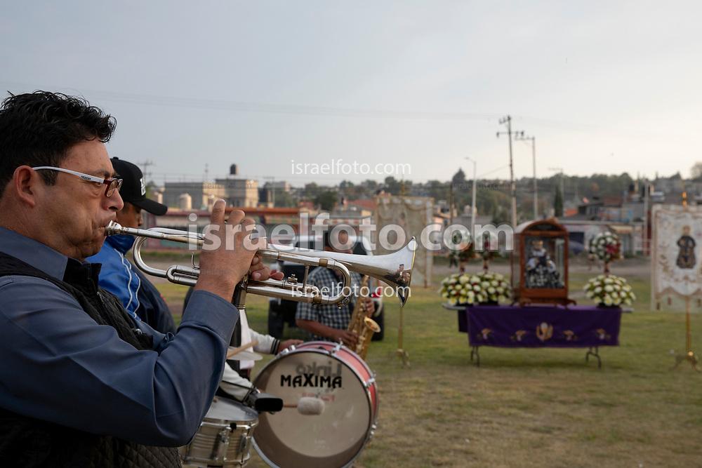 02 junio 2021. Tultepec, Estado de México. Músicos tocando para una celebración en honor a san Juan de Dios, previa al recorrido del santo por los talleres de la Saucera.