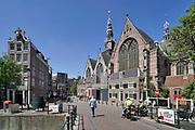 Nederland, Amsterdam, 16-5-2020 Gesloten kamers van prostituees op de wallen . De regering laat het normale dagelijks leven weer langzaam opstarten . Door de afwezigheid van toeristen is het ongewoon rustig op de wallen en de rest van de binnenstad van Amsterdam en is de stad te zien zoals jaren geleden was . geschiedenis, typisch,amsterdams,iconisch,historische,bebouwing,architectuur . Unlock,beperkende,beperkingen, opheffen,versoepelen,versoepeling , opengooien, massatoerisme,toeristisch, toeristische,toerisme,redlight,district,redlightdistrict,amsterdamse  , historische,grachten, hoeren,prostitutie,rood,kamers,sekswerker,sekswerkers . Oude Kerksplein .Foto: Flip Franssen