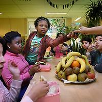 Nederland, Amsterdam , 21 januari 2015.<br /> Gezonde lunch met fruit als onderdeel van een uitgebreid programma gezondere voeding, beweging en levensstijl voor kinderen van de basisschool Fiep Westendorp in Amsterdam Nieuw-West<br /> Foto:Jean-Pierre Jans