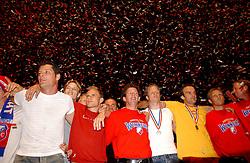 02-06-2003 NED: Huldiging bekerwinnaar FC Utrecht, Utrecht<br /> De spelers en de technische staf kregen een rondrit door de stad in een open Engelse dubbeldekker. Om 20.30 uur keert de stoet terug in Galgenwaard en zal in het stadion de officiële huldiging plaatsvinden / Stefaan Tanghe, Rene Ponk, Igor Gluscevic