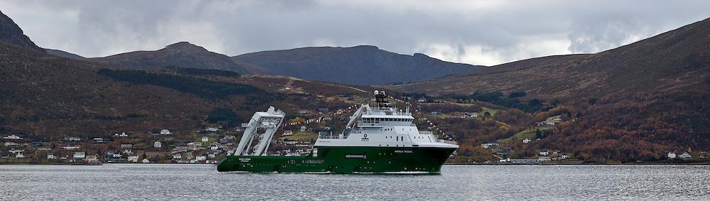 Havila Venus med Moltustranda i bakgrunnen. På veg til Ålesund på dåpsdagen sin.