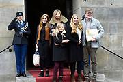 Prinses Beatrix geeft in het Koninklijk Paleis in Amsterdam een verjaardagsontvangst voor familie, vrienden en bekenden. Prinses Beatrix werd afgelopen woensdag tachtig jaar en vierde haar verjaardag in besloten kring.<br /> <br /> Princess Beatrix gives a birthday reception for family, friends and acquaintances at the Royal Palace in Amsterdam. Princess Beatrix was eighty years old last Wednesday and fourth birthday in private.<br /> <br /> Op de foto / On the photo: Koning Willem-Alexander en koningin Maxima arriveren met hun dochters, de prinsessen Amalia, Alexia en Ariane // King Willem-Alexander and Queen Maxima arrive with their daughters, the princesses Amalia, Alexia and Ariane