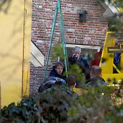 Moord Wendela van der Poel - Hagedoorn Huizen, opgraven lijk, betonblok word in vrachtwagen geladen