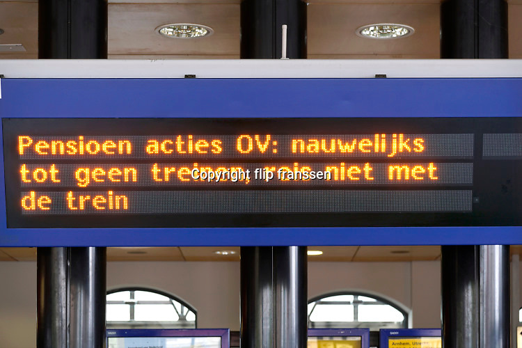 Nederland, Nijmegen, 28-5-2019  Het busstation, busterminal, en het treinstation van de stad zijn leeg vanwege een landelijke staking van het openbaar vervoer. De chauffeurs en het treinpersoneel eisen een pensioenleeftijd van 66 jaar .Foto: Flip Franssen