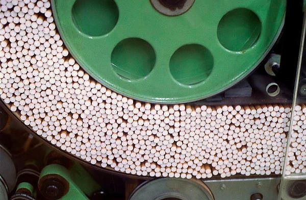 Nederland, Zevenaar 31-10-1999..Sigaretten produktie, productie bij BAT, b.a.t.,  british amarican tobacco, filtersigaret, Rothmans, Lucky Strike, sigaretten industrie, tabaksindustrie, longkanker, hart en vaatziekten, roken, verslaving, kosten gezondheidszorg..Foto: Flip Franssen