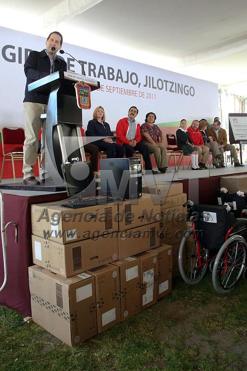Jilotzingo, Mexico.- Eruviel Avila Villegas, gobernador del Estado de Mexico,  realizo una gira de trabajo en el municipio de Jilotzingo donde entrego sillas de ruedas y apoyos especiales a personas con discapacidad. Agencia MVT / Jose Hernandez. (DIGITAL)