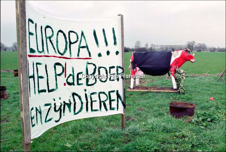 Nederland, Epe, 20-03-2001 Intensieve veehouderij, mond en klauwzeer.Noodkreet om het vee, de koeien, te vaccineren, in te enten, tegen mond en klauwzeer. MKZ. The Netherlands, 20-3-2001 The end. Container fot dead animals at a farm for pigs. Foot and mouth disease. Foto: Flip Franssen/Hollandse Hoogte
