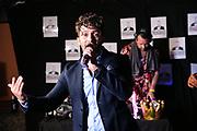 """Dr. Sindsen: Modenschau - Livestream, """"Wir setzen ein Zeichen - Gegen Mobbing, Berlin, 18.07.2020<br /> Domnenico de Cicco singt<br /> © Torsten Helmke"""