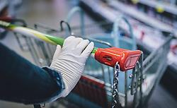 THEMENBILD - eine Frau trägt Handschuhe bei ihrem Einkauf in einem Supermarkt während der Coronavirus Pandemie, aufgenommen am 28. März 2020 in Kaprun, Österreich // a woman wearing gloves while shopping in a supermarket during the coronavirus pandemic, Kaprun, Austria on 2020/03/28. EXPA Pictures © 2020, PhotoCredit: EXPA/ JFK