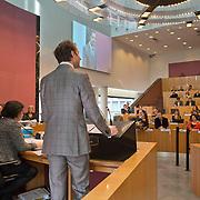 Amsterdam, 12-02-2014. In de Stopera neemt vandaag vertrekkend wethouder Eric Wiebes afscheid van de gemeenteraad.<br /> Wiebes maakt de overstap naar Den Haag waar hij de opgestapte staatssecretaris van Financiën Frans Weekers zal opvolgen. Weekers besloot op te stappen na problemen met het uibetalen van toeslagen met de Belastingdienst.