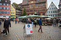 DEU, Deutschland, Germany, Tübingen, 23.12.2020: Ein Schild weist die Besucher des Tübinger Wochenmarkts (Marktplatz vor dem Rathaus) auf die geltende Maskenpflicht hin.