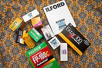 Assortert utvalg av film i forskjellige format, blant annet Kodak Tri-X, Kodak Ektar, Kodak Gold, Kodak Portra, Fujifilm Superia, Fujifilm FP-100C, Ilford Delta og Agfa APX 100.