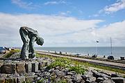 Afsluitdijk met standbeeld van de Steenzetter |  Afsluitdijk with statue of the Steenzetter