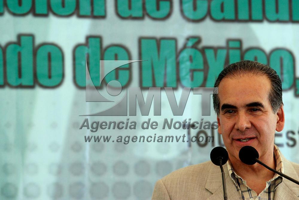 Toluca, Méx.- Hector Luna de la Vega, al registrarse como aspirante a la candidatura del PRI a la gubernatura del estado de Mexico. Agencia MVT / Mario Vazquez de la Torre. (DIGITAL)<br /> <br /> NO ARCHIVAR - NO ARCHIVE