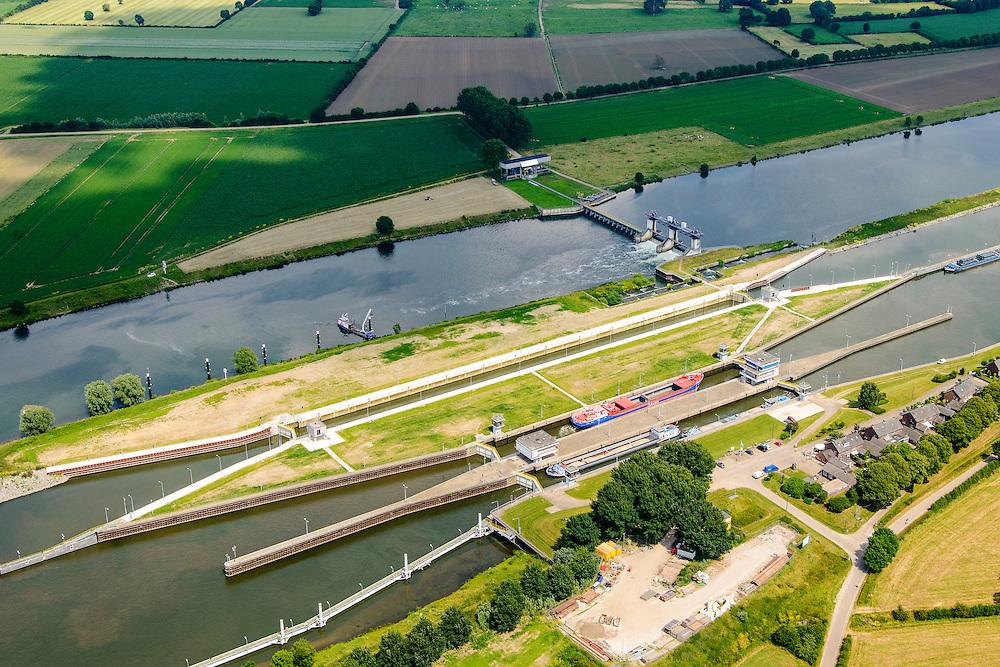 Nederland, Noord-Brabant, Gemeente Boxmeer, 26-06-2014; <br /> Stuw en sluiscomplex bij Sambeek, aangelegd in het kader van de Maasverbetering. <br /> Lock and weir complex in Sambeek, build as part of the Meuse Improvement.<br /> luchtfoto (toeslag op standaard tarieven);<br /> aerial photo (additional fee required);<br /> copyright foto/photo Siebe Swart.