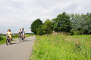 In Hollandsche Rading rijdt een gezin op de fiets.<br /> <br /> In Hollandsche Rading a family is cycling.