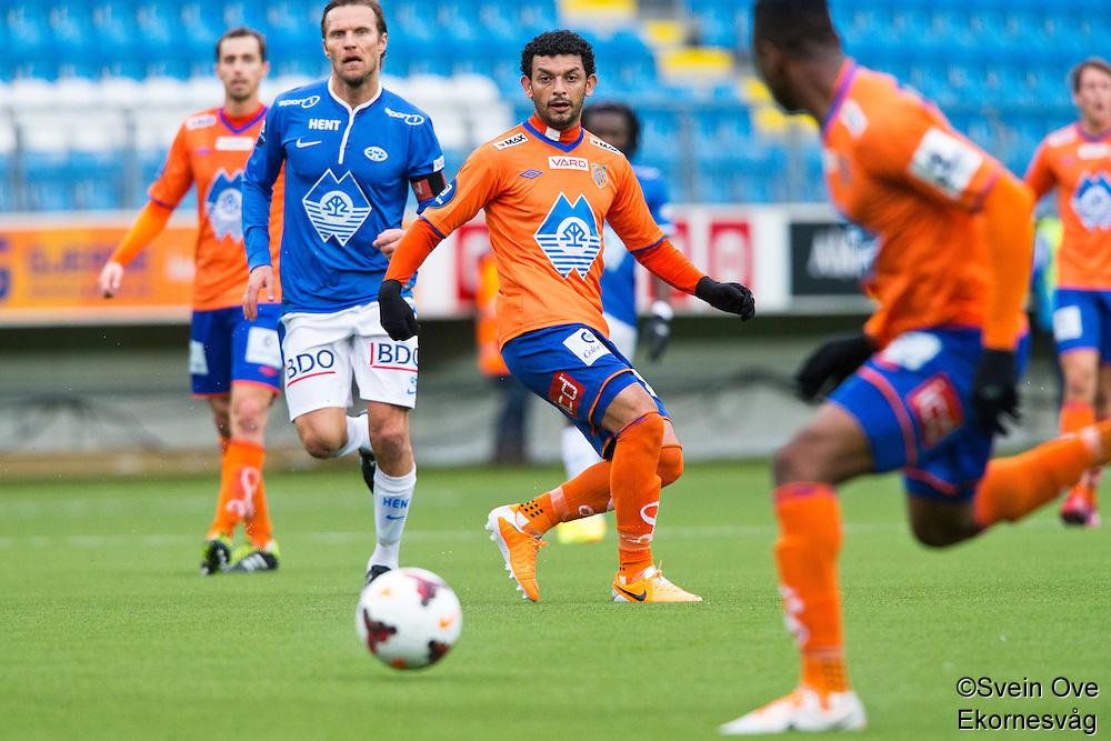 Treningskamp fotball 2014: Molde - Aalesund.  Aalesunds Michael Barrantes Rojas (midten) forsøker å spille gjennom Leke James (t.h.) i treningskampen mellom Molde og Aalesund på Aker stadion. Daniel Berg Hestad bak til venstre.