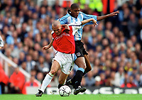 Fredrik Ljungberg (Arsenal) Carlton Palmer (Coventry City). Arsenal 2:1 Coventry City, F.A. Carling Premiership, 16/9/2000. Credit: Colorsport / Stuart MacFarlane.