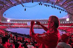 Público fotografa na Festa Gigante - Reinauguração do Beira-Rio, neste sábado 05 de abril de 2014. O estádio Beira Rio receberá os jogos da Copa do Mundo de Futebol 2014. FOTO: Jefferson Bernardes/ Agência Preview
