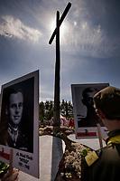 19.07.2015 Giby woj podlaskie Obchody 70. rocznicy Oblawy Augustowskiej - najwiekszej zbrodni w powojennej Polsce przy krzyzu w Gibach , ktory jest symbolicznym grobem ofiar . W lipcu 1945 roku Sowieci uprowadzili okolo 600 mieszkancow Augustowszczyzny , Sejnenszczyzny i Suwalszczyzny . Do tej pory nie wiadomo, gdzie znajduja sie ich groby . Sledztwo w tej sprawie trwa od 2001 roku . Akta licza juz ponad 70 tomow zas rozwiazaniem zagadki zajmuje sie zespol prokuratorow IPN , ktorzy przesluchali do tej pory ponad 700 swiadkow n/z msza polowa przy pomniku ofiar fot Michal Kosc / AGENCJA WSCHOD