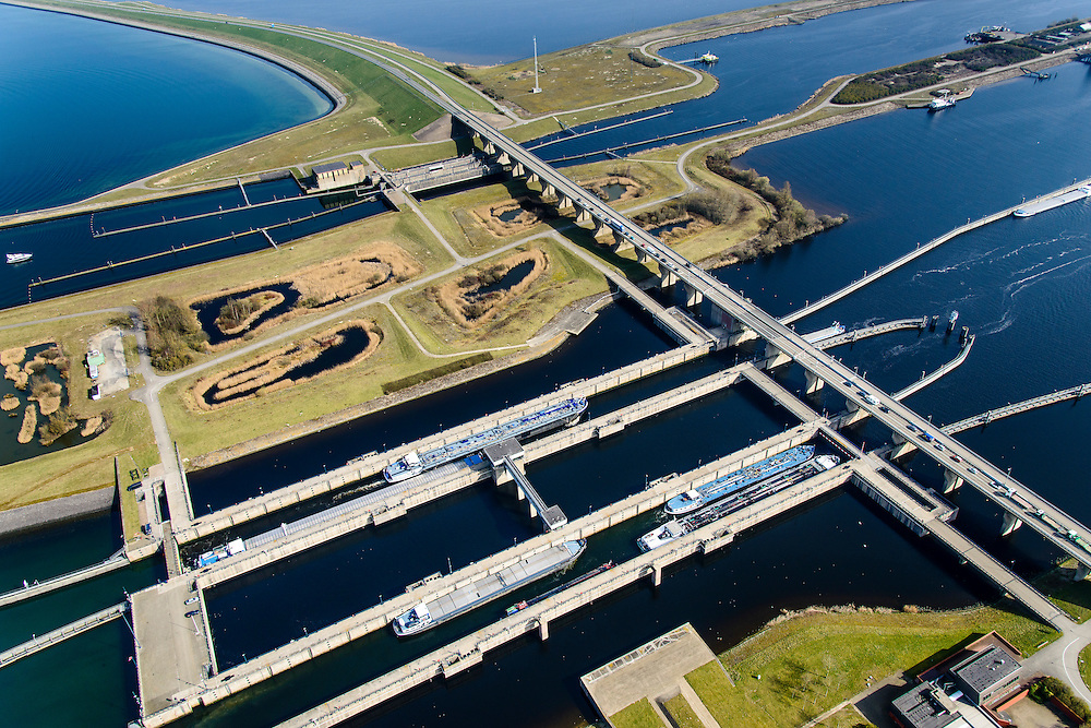 Nederland, Zeeland, Gemeente Schouwen-Duiveland, 01-04-2016;  Sluiskolken met schutten van schepen van de Krammersluizen, compartimenteringswerk tussen Volkerak en Krammer. <br /> Philipsdam with Krammersluizen, part of the Delta Works. The locks form a division between sweet and salt water.<br /> <br /> luchtfoto (toeslag op standard tarieven);<br /> aerial photo (additional fee required);<br /> copyright foto/photo Siebe Swart
