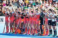 LONDEN - line up Nederlands team voor   de finale Nederland-Ierland (6-0) bij  wereldkampioenschap hockey voor vrouwen.  200ste interland voor Eva de Goede,  COPYRIGHT  KOEN SUYK