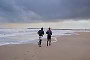 Hardlopen op het strand langs de zee. | Running on the beach along the sea
