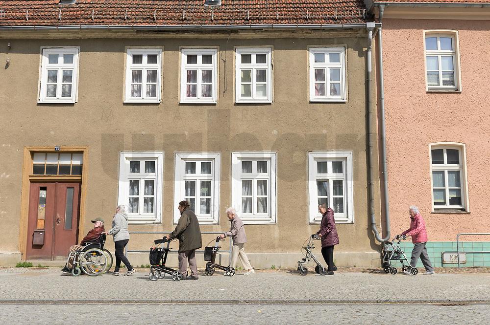 08 MAY 2019, HERZBERG/GERMANY:<br /> Eine Gruppe Senioren mit Rollstuhl und Rollator unterwegs in der Innenstadt von Herzberg, Elbe-Elster-Kreis, Brandenburg<br /> IMAGE: 20190508-01-003<br /> KEYWORDS: Demografie, Ueberalterung, Überalterung, Rentner, Ostdeutschland, Bevoelkerungsentwicklung, Bevölkerungsentwicklung, Alterung der Gesellschaft<br /> NO MODELL RELEASE - NUR ZUR REDAKTIONELLEN VERWENDUNG