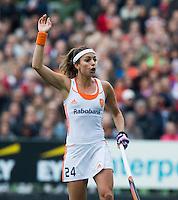 AMSTERDAM - Hockey - Eva de Goede vraagt om een strafbal, waaruit ze de stand op 1-0 brengt.   Interland tussen de vrouwen van Nederland en Groot-Brittannië, in de Rabo Super Serie 2016 .  COPYRIGHT KOEN SUYK