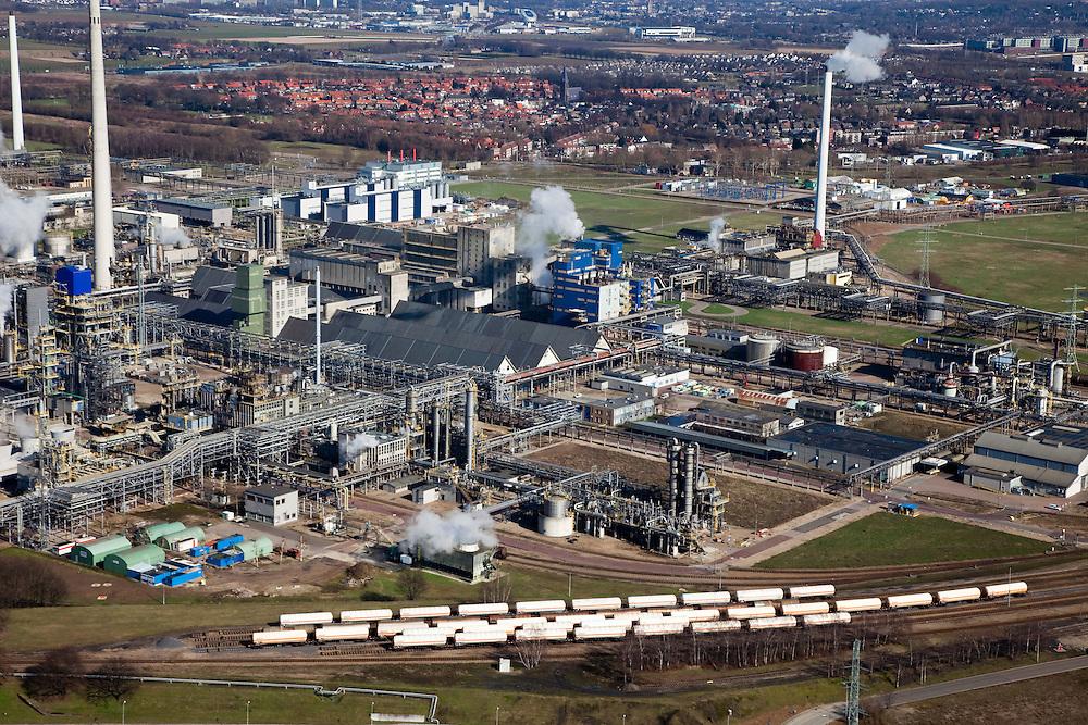 Nederland, Limburg, Gemeente Sittard-Geleen., 07-03-2010; Chemelot,  complex voor chemische industrie in westelijke mijnstreek, huisvest onder andere DSM (De Staatsmijnen, Dutch State Mines). Detail van het complex, .tankwagens voor vervoer van chemicalien per spoor in de voorgrond. Huizen van Geleen in de achtergrond..Chemelot complex for chemical industry in former western mining district, home to DSM (Dutch State Mines)..Detail of the complex, tankers for transporting chemicals by rail in the foreground. Houses of Geleen in the background..luchtfoto (toeslag), aerial photo (additional fee required).foto/photo Siebe Swart