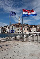 11.09.2013, Rovinj, CRO, EU Beitritt Kroatien, im Bild EU-Beitritt Kroatien, Fahnen der EU und der von Kroatien wehen an einer Hafeneinfahrt in Rovinj, Istrien, Kroatien, Symbolbild, Symbol, symbolisch, Hochformat, hoch, vertikal // Croatia EU accession in Rovinj, Croatia on 2013/09/11. EXPA Pictures © 2013, PhotoCredit: EXPA/ Eibner/ Klaus Rainer Krieger<br /> <br /> ***** ATTENTION - OUT OF GER *****