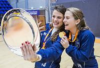 ROTTERDAM  - selfie met de schaal, , Pam van Asperen (Laren) en  Klaartje de Bruijn (Laren) . finale NK  zaalhockey hoofdklasse, Kampong D1-Laren D1 (2-4) .   COPYRIGHT  KOEN SUYK